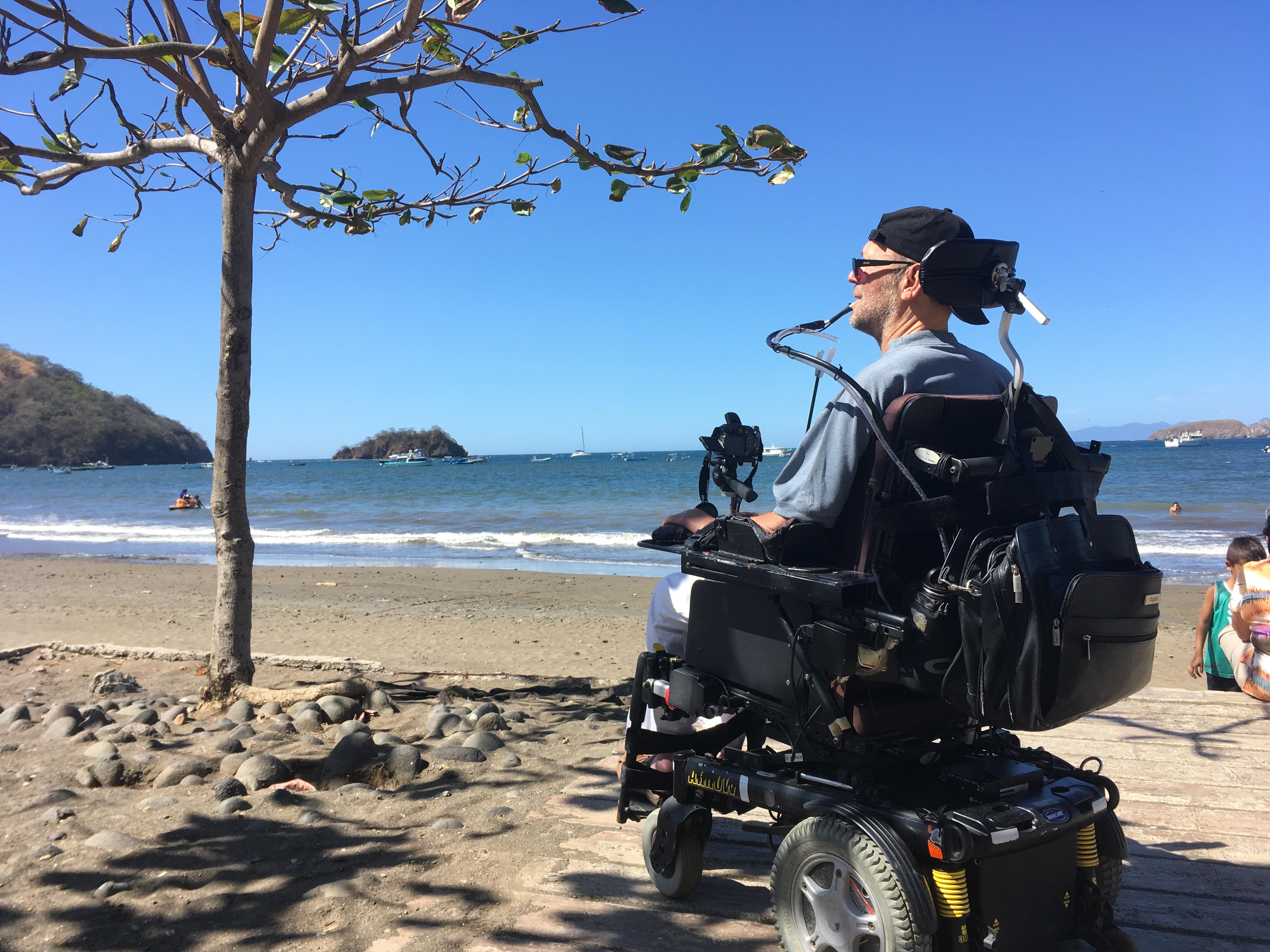 Patriche Lamarche en fauteuil roulant sur la plage