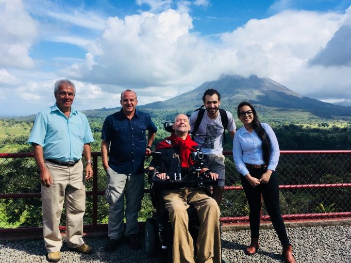 Groupe de voyageurs devant un volcan