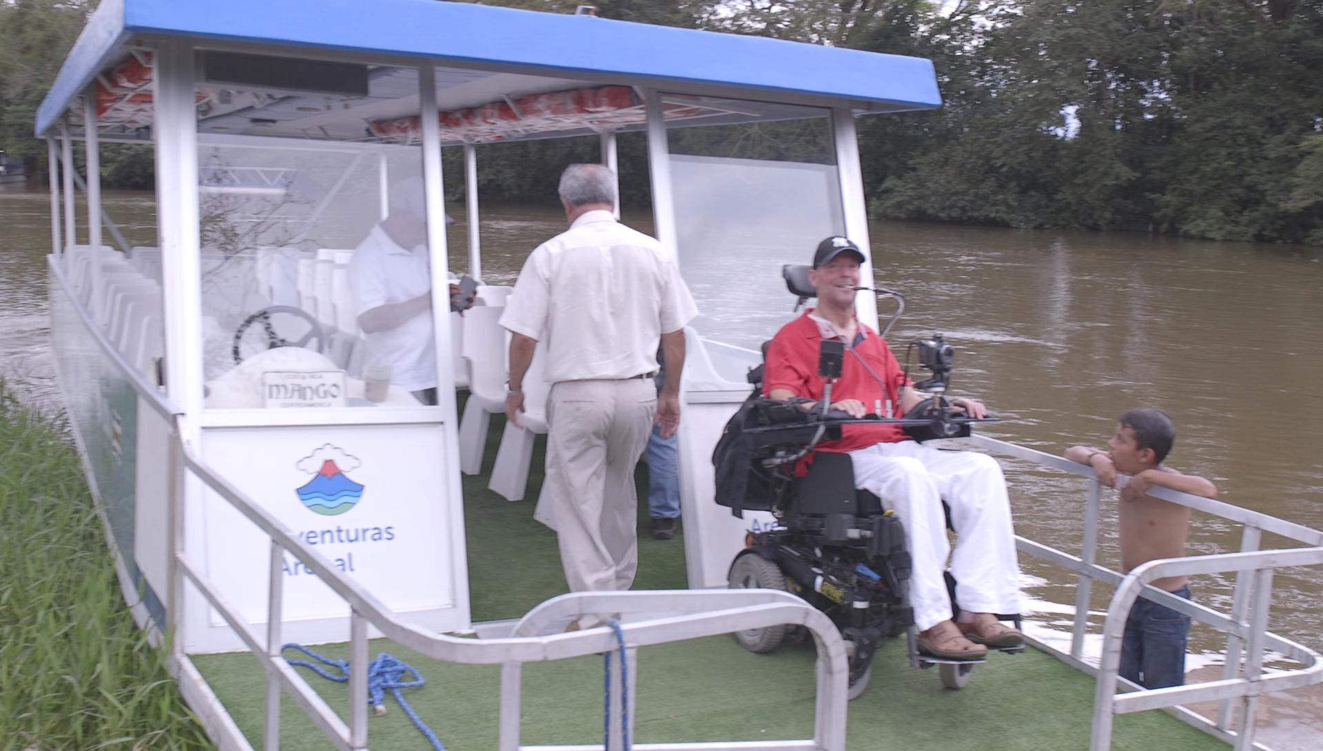 Patrice Lamarche sur un ponton accessible