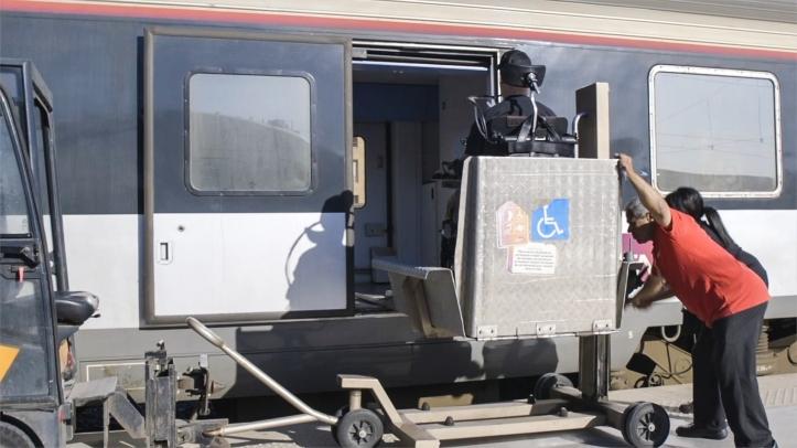 Plateforme élévatrice au bord d'un train (TGV)