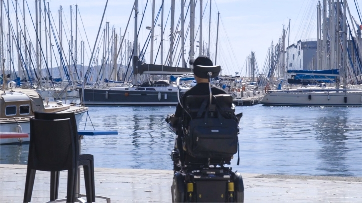 Patrice devant de port de Toulon, avec voiliers et bateaux
