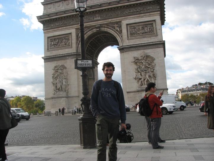 Jean-Sébastien centré devant l'Arc de Triomphe