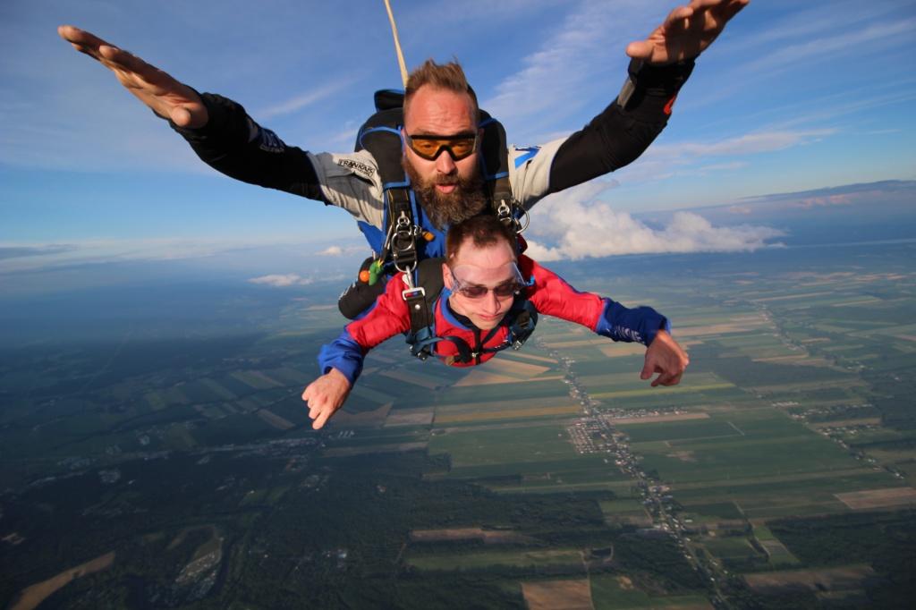 Jonathan sautant en parachute