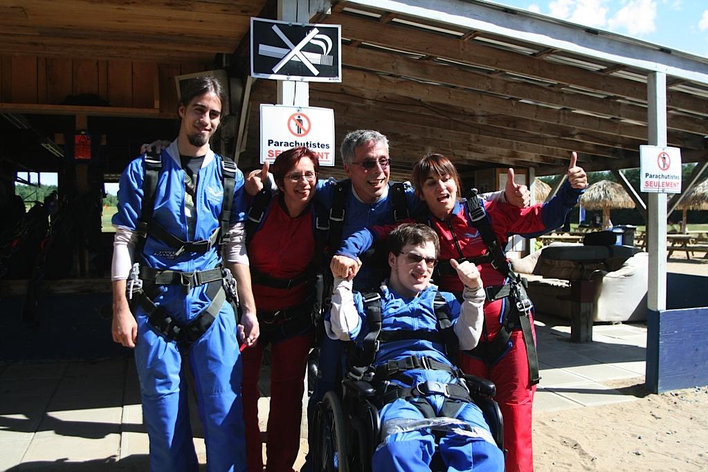 Jonathan, Joanne, André, Sylvie et Simon prêts à sauter en parachute dans leur combinaison