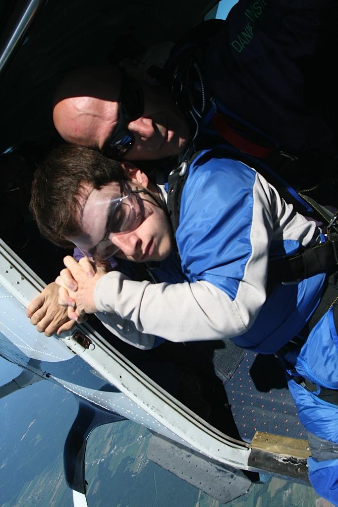 Jonathan, les mains entrecroisées dans l'avion