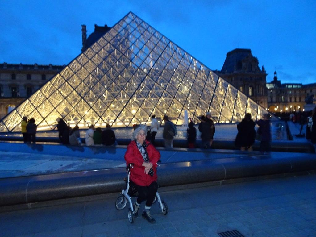 Manon Beaudet devant la pyramide de verre du Louvre